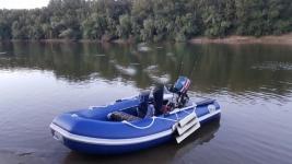 Лодка с мотором и лафет.